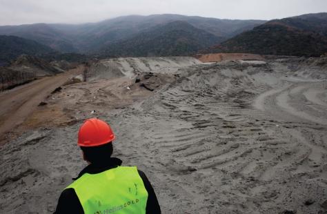 Hellas Gold worker on the ground at Chalkidiki (photo: Stefania Mizara/UNFOLLOW)